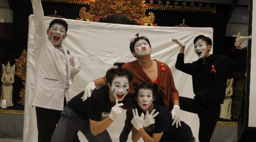 NO MORE! Penampilan Epik Jungut Sari Teater Saat Perayaan Hari AIDS Sedunia